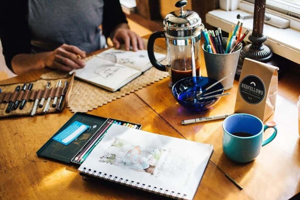 sto kafa i pribor za crtanje